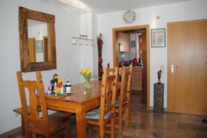 Wohnzimmer mit Essecke - Sonniges Reihenhaus mit liebevoll angelegtem Garten, Markt Schwaben