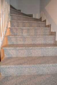 Treppen mit Natursteinbelag - Architektenhaus in Steinhöring