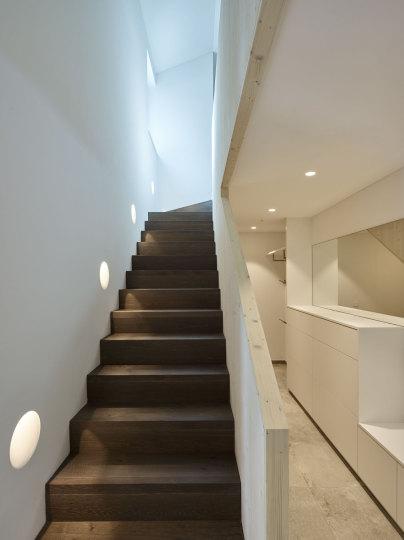 Exklusives Architektenhaus Kiefernweg - Treppe mit Downlights - CwC ...