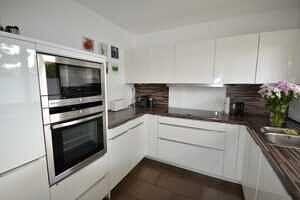 Modernisierte Doppelhaushälfte Grasbrunn - Küche mit EBK, 2