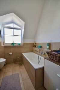 Badezimmer, Ansicht II, DG-Maisonette Wohnung Bestlage Waldtrudering