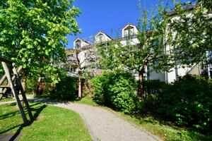 Hausansicht Südwestseite, Wohnung mit Südwestbalkon und Garten in Kirchseeon
