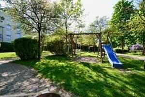 Spielplatz, Wohnung mit Südwestbalkon und Garten in Kirchseeon
