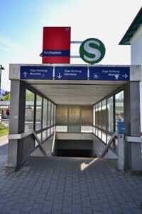 Zugang zum Bahnsteig - Wohnung mit Südwestbalkon und Garten in Kirchseeon