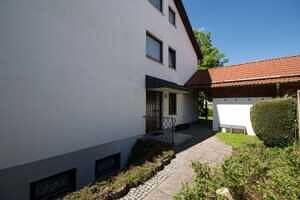Hauseingangsseite - Großzügige Doppelhaushälfte mit Einliegerwohnung in Vaterstetten