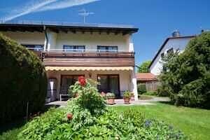 Hausansicht - Großzügige Doppelhaushälfte mit Einliegerwohnung in Vaterstetten