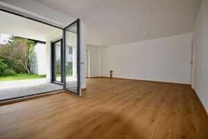 Wohnzimmer - Erstbezug - Exklusive Erdgeschosswohnung mit 210 qm XXL Garten